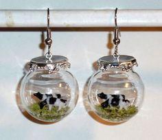 #Ohrringe #Kühe in #Glaskugel handgemacht http://verrueckte-ohrringe-und-schmuck-welt.de/neu/ohrringe-kuh-glaskugel.html