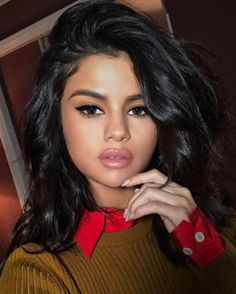 Selena Gomez amped up her beauty look à la Sophia Loren with a graphic cat eye, a hint of bronzer and a swipe of pale lip gloss.