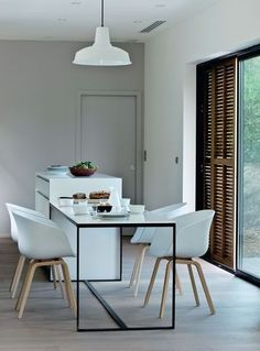 White contemporary dining room / une salle à manger blanche contemporaine | More photos http://petitlien.fr/maisoncapferret