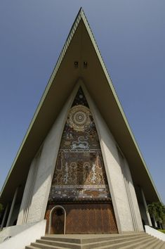 Port Moresby parliament building front, by Steve Shattuck - Papua New Guinea - Wikipedia, the free encyclopedia