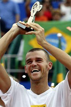Gustavo Kuerten comemora após vencer o argentino Agustin Calleri e ganhar o Brasil Open, na Costa do Sauípe, na Bahia. O brasileiro entrou no Hall da Fama do tênis.  Fotografia: Paulo Whitaker/Reuters.