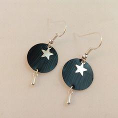 Petites boucles d'oreille ronde noire en capsule de café nespresso avec une étoile et une goutte