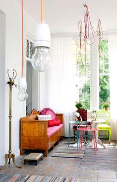 banco madera y color con bombillas.#eclectico