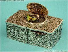Caja de Plata Maciza con Pájaro Autómata que Canta. KART GRIESBAUM. Alemania, Siglo XIX.