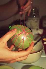 wrapping glue-soaked thread, on small pale green baloons, easter arts and crafts, bowl with glue, and more balloons in background Easter Arts And Crafts, Easter Projects, Easter Wreaths, Easter Garland, Easter Decor, Easter Ideas, Easy Christmas Candy Recipes, Balloon Crafts, Diy Garland
