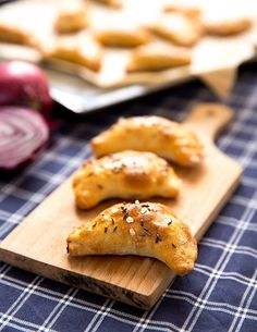 Milujete kysané zelí, ale už vám došly nápady, jak s ním naložit? V dnešním souboji receptů najdete rovnou dva tipy, jeden na předkrm, druhý na hlavní chod! Pizza, Food And Drink, Veggies, Bread, Cheese, Vegan, Chicken, Baking, Ethnic Recipes