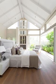 A low wall divides the sleeping area from the bathroom in the open-plan guest bedroom.