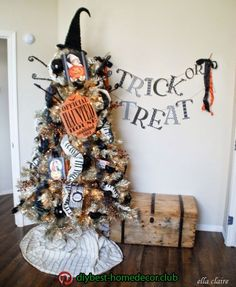 {Ella Claire}: My Fall Home Tour halloween treeTop 18 Homemade House Decor Ideas For Halloween – Easy Interior Design Project - Bored Fast FoodHalloween Tree - This would be a cool decoration for your festive trick-or-treat party. Retro Halloween, Theme Halloween, Halloween Home Decor, Diy Halloween Decorations, Easy Halloween, Halloween Crafts, Fall Tree Decorations, Halloween Halloween, Fall Crafts