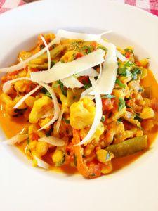 Vandaag een 'veggiegerechtje' van Jeroen Meus. Een heerlijke Thaise curry met paprika, bloemkool en peultje. Met een portie rijst erbij zet je een voedzame en vetarme maaltijd op de tafel met smake...