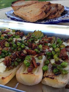 POROS ROSTIZADOS AL HORNO CON QUESO, TOCINO Y CHÍCHAROS. #leeks #bacon #peas #goatcheese