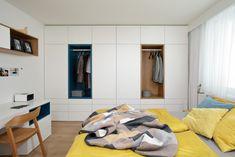 Stylově zařízená ložnice v přírodních a pastelových barvách. Rozložitá postel z masivního dubu je jasnou dominantou celé místnosti, takže bylo třeba zbytek nábytku postavit tak, aby kolem ní zůstal dostatek průchozího prostoru. Toho jsme dosáhli na míru stavěnou sadou skříní, která pokrývá celou plochu levé stěny. Konstrukce je zarovnána do jedné linie a hrany dvířek do sebe bezchybně zapadají. Uprostřed pak najdete dva výklenky s věšáky. Retro, Bed, Furniture, Home Decor, Simple Lines, Decoration Home, Stream Bed, Room Decor, Home Furnishings