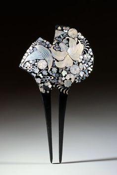 Epingle japonaise à fleurs de nacre (3) Asie Japon Largeur : 7,25 cm Hauteur : 14 cm Profondeur : 0,3 cm Très belle épingle en écaille laquée de noir et incrustée de fleurs en milleflori autour d'un lys central. Découpe asymétrique de la partie supérieure. Ere Showa (1926-1989) Ecaille Nacre Floral Incrustation
