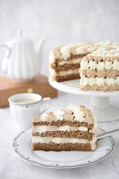 Przepis na tort kawowy z mascarpone. Lekki tort kawowy składający się z biszkoptu kawowego przełożonego kawowym kremem z serka mascarpone. Całość lekka, wilgotna i mocno kawowa.