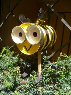 "Cute bee craft idea for ""Daisy Flower Garden"" Journey!  http://crearescout.wordpress.com/2011/10/10/garden-bees/#more-610"