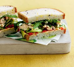 Tuna, hummus, roasted capsicum and cucumber sandwich - Healthy Food Guide Healthy Tuna Recipes, Healthy Hummus Recipe, Healthy Eating, Healthy Food, Gluten Free Sandwiches, Healthy Sandwiches, Sandwiches For Lunch, Hummus Sandwich, Cucumber Sandwiches