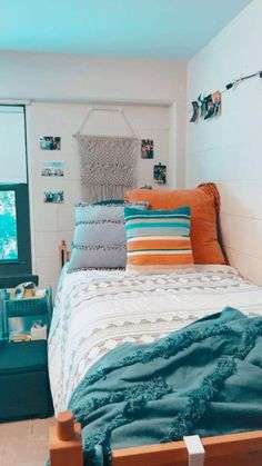 OMG these boho dorm room ideas are literally GORGEOUS!! You need to see these boho bedrooms! #college #boho Boho Dorm Room, Cute Dorm Rooms, Beachy Room Decor, Diy Dorm Room, Diy Room Decor For College, Dorm Room Colors, Bohemian Dorm, Bedroom Colors, Dream Rooms
