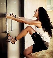 Si vous avez frappé votre porte ? Si votre clé est endommagée dans la serrure ? Si vous avez perdu votre clé ? Si votre clé est volée ? Nous répondons  quelle que soit votre demande. Appelez notre artisan serrurier Paris 20 le plus proche de votre domicile. Il est disponible 7 jours/7 et 24 heures/24 même les jours fériés et les weekends.