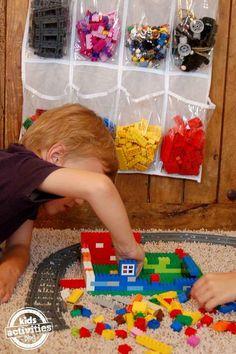 Mach die Aufbewahrung und Organisation von Legosteinen zum Kinderspiel, indem Du eine Schuhtasche nimmst.