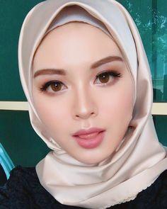Good evening semua❤️ Done for today. Lipmatte , Code: Cheer up Seoul. Make up by Arab Girls Hijab, Muslim Girls, Hijab Niqab, Hijab Chic, Beautiful Muslim Women, Beautiful Hijab, Hijabi Girl, Girl Hijab, Beauty Full Girl