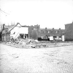 Eind jaren '70. Sloopwerkzaamheden aan de Bankastraat en de Sumatrastraat nabij Timorstraat in de wijk Dieze. De oliefabriek De Fortuin (1908) staat er nog pal achter tegenover de Borneostraat aan de Nieuwe Vecht.