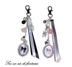 Bijou de sac, porte clés, avec cabochon nœud, perles et breloques sur mousqueton