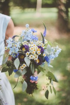 We love the feverfew daisies in this wildflower wedding bouquet. Daisy Wedding Flowers, Boho Wedding Bouquet, Bride Bouquets, Floral Wedding, Wildflower Wedding Bouquets, Whimsical Wedding Flowers, Daisy Bouquet Wedding, Wedding Centerpieces, Wedding