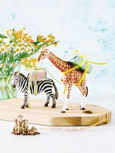 6 kreative Ideen: Geschenke originell verpacken With these gifts, the packaging is a real eye-catche Wrapping Gift, Creative Gift Wrapping, Creative Gifts, Wrapping Ideas, Diy Presents, Diy Gifts, Father's Day Diy, Plastic Animals, Animal Birthday