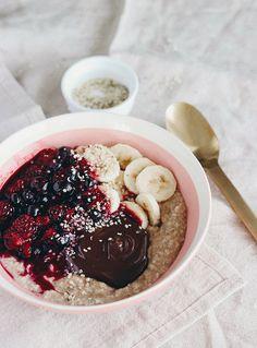 Vegan Almond Milk Oatmeal with Berries & Chocolate Today we are making vegan Almond Milk Oatmeal with Berries and Chocolate, what breakfast dreams are Vegan Mug Cakes, Vegan Cake, Healthy Smoothies, Healthy Snacks, Granola, Le Croissant, B Recipe, Almond Cakes, Oatmeal Recipes