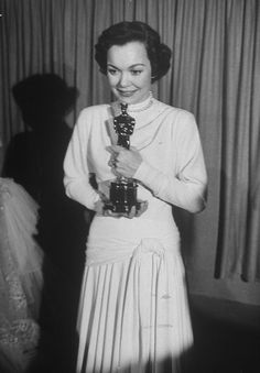 Best Actress Winners in Their Gowns From the 1930's Onward - Page 7