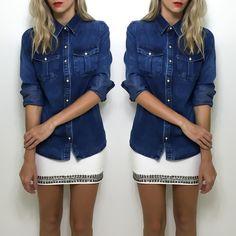{promo 20%} A camisa jeans como sempre uma peça versátil fica linda com diversas combinações em especial o contraste com a cor branca (R$9592 a.v.). Compre pelo site http://ift.tt/PYA077.  Dúvidas ou informações pelo whats 47 9953-1716.  Agende sua visita em nosso showroom em Jaraguá do Sul!