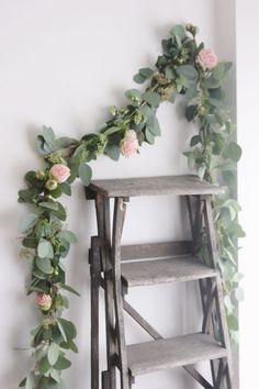 Depuis quelques temps, l'idée d'une guirlande de fleurs me trottait dans la tête. Un petit tour chez mon fleuriste plus tard, et me voilà avec le matériel nécessaire à la confection de cette guirlande toute simple, à accrocher sur un mur, ou à utiliser en guise de chemin de table par exemple.