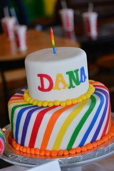 Schöne Regenbogen-Torte zum ersten Geburtstag