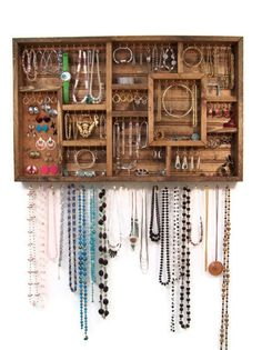 Quadro organizador de bijuterias, você já havia pensado em uma decoração como esta? #dicasfrida