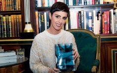 """Lilian Pacce posa com o novo livro: """"Apesar de ter sido criado na França, em 1946, o biquíni foi totalmente incorporado à moda brasileira""""  (Foto: Gerson Lirio)"""