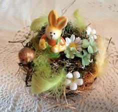 Kleines Tischgesteck - Osterhase im Blumenbeet von La Isla Sun  auf DaWanda.com