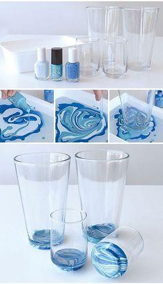 Загадочно красивая роспись посуды в морском стиле. Это легко осуществить, используя воду и лаки для ногтей. Таким же образом делается водный маникюр.