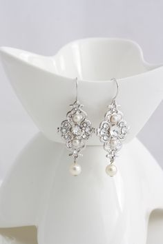 Bridal Earrings Swarovski Pearl and Rhinestone Bridesmaid Earrings Vintage style Wedding Earrings Wedding Jewelry MINI LEILA(Etsy のLuluSplendorより) https://www.etsy.com/jp/listing/111626370/bridal-earrings-swarovski-pearl-and