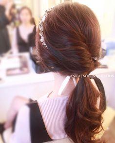 Romantic hair styling with vintage hair band❤️ Bridal hairdo & makeup by Anka ~ Soo Inspiration www.facebook.com/sooinspiration 9421-8098 #신부메이크업 #신부화장 #웨딩메이크업 #신부헤어 #안카메이크업 #수인스피레이션 #makeup #bridalmakeup #weddingmakeup #bridalhair #ankamakeup #sooinspiration #新娘化妝 #新娘髮型 http://gelinshop.com/ipost/1518647576486821281/?code=BUTUey3gT2h