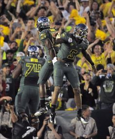 — Oregon's incredible offense busted up Wisconsin and the record books on the way to the Ducks' first Rose Bowl victory in 95 years. Football Images, Oregon Ducks Football, Rose Bowl, Wisconsin, The Incredibles, Celebrities, Sports, Style, San Miguel