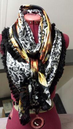 Satijnen sjaal, bestaand uit twee verschillende stofjes