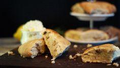 Walnuss-Honig-Scones mit Zitronen-Rosmarin-Butter: http://www.wayfair.de/tipps-und-ideen/Walnuss-Honig-Scones-mit-Zitronen-Rosmarin-Butter-E6676