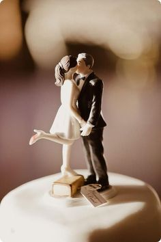 pretty bobblehead couple wedding cake topper