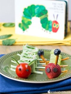The Very Healthy Caterpillar - Kids will get a kick out of these fruit & veggies caterpillar snacks! Perfect for a hands-on after school snack or a fun lunchbox idea. healthy The Very Healthy Caterpillar Stromboli, Lunch Box Recipes, Lunchbox Ideas, Snack Recipes, Bagel Bites, Rainbow Fruit, Fun Fruit, Cool Lunch Boxes, Fruit Roll Ups