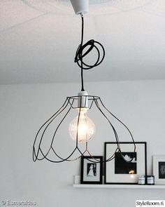 Bulb lighting e lampade nude, come utilizzarle e dove comprarle Inspiration Design, Interior Inspiration, Beddinge, Wire Lampshade, Do It Yourself Decoration, Diy Luminaire, Lampe Applique, Idee Diy, Wire Frame