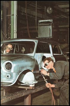 Presumably this is in Cowley? / Mini assembly line Classic Mini, Classic Cars, Funny Commercials, Funny Ads, Mini Morris, Assembly Line, Ladybird Books, Working People, Mini Cooper S