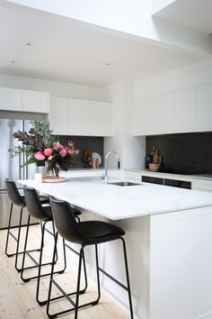 Blend functionality with exquisite Caesarstone Statuario Maximus to create the ultimate family kitchen. Explore this sublime reno by interior design guru Shaynna Blaze. Small American Kitchens, Black Kitchen Island, Kitchen Benchtops, Farmhouse Kitchen Cabinets, Kitchen Models, Scandinavian Kitchen, Family Kitchen, Modern Kitchen Design, Kitchen Designs
