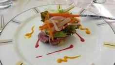 Roast-beef tiepido di filetto di Scottona cotto a bassa temperatura condito all'olio di zenzero e gocce di lampone accompagnato da carpione vegetale