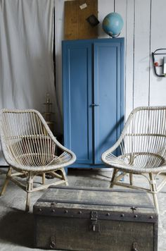 The walls in the upstairs bedroom can be this..... Paire de #fauteuils #rotin www.brocantedelabruyere.com