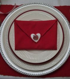 diy napkin folding Sealed with a Kiss . Napkin fold for Valentine's - 35 Beautiful Examples of Nap. Rustic Napkins, Linen Napkins, Cloth Napkins, Napkin Folding, Paper Folding, My Funny Valentine, Be My Valentine, Diy Valentine's Centerpieces