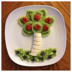 Cute fruit palm tree made of bananas and kiwi- fun food. #funfood Going to make for my boys when we move!!!!
